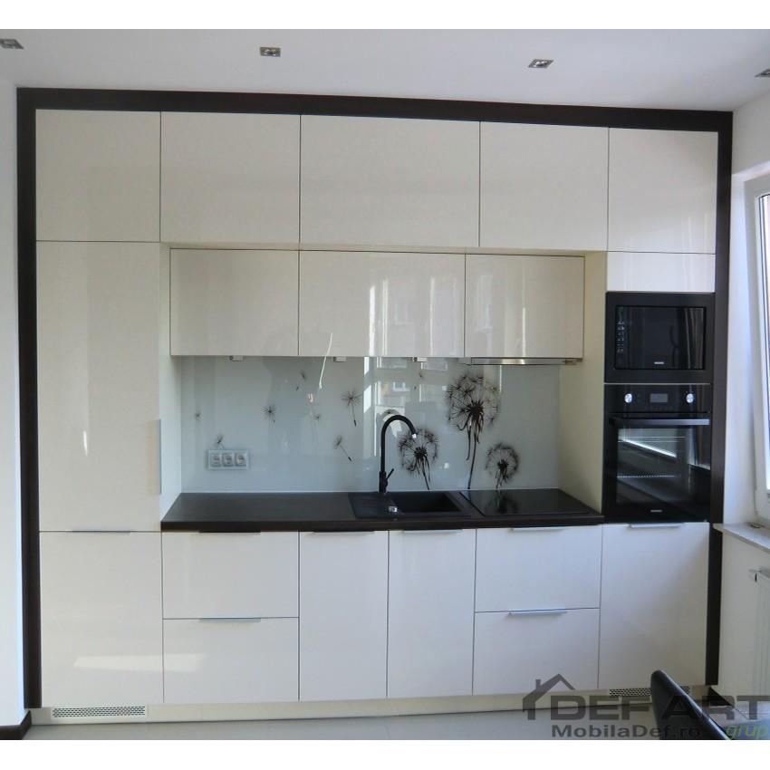 bucatarie cu frigider incorporat